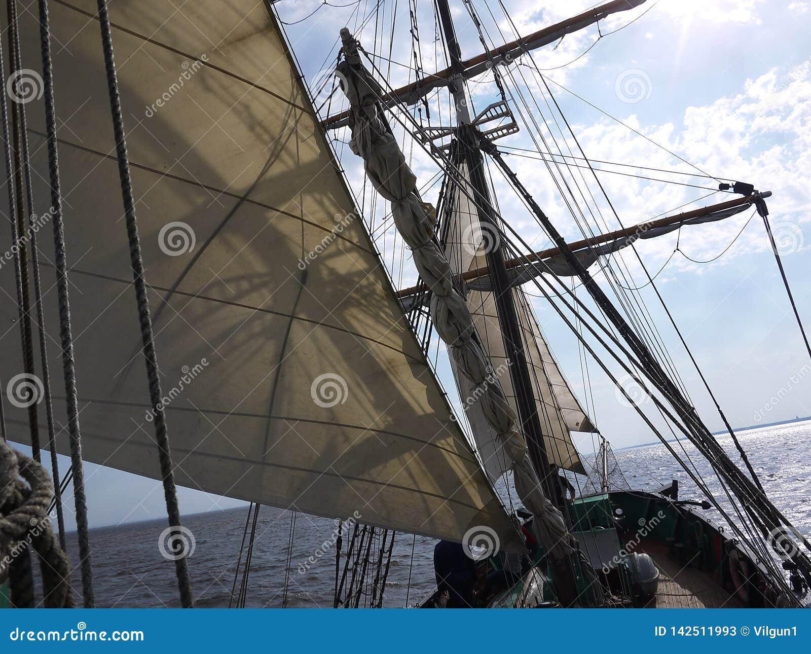 Det träsegla skeppet är på havet Detaljer och närbild soligt väder