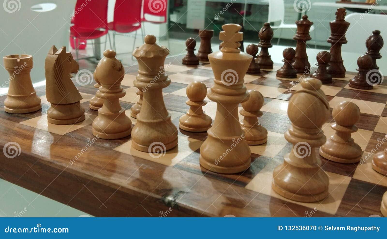 Det traditionella schackstycket på schackbrädet som är klart för strid