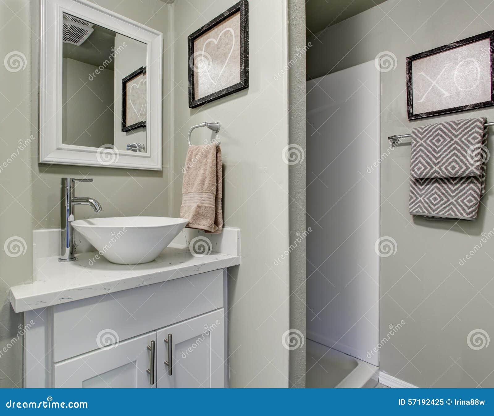 Det trevliga badrummet med grå färger gör grön väggar och den ...
