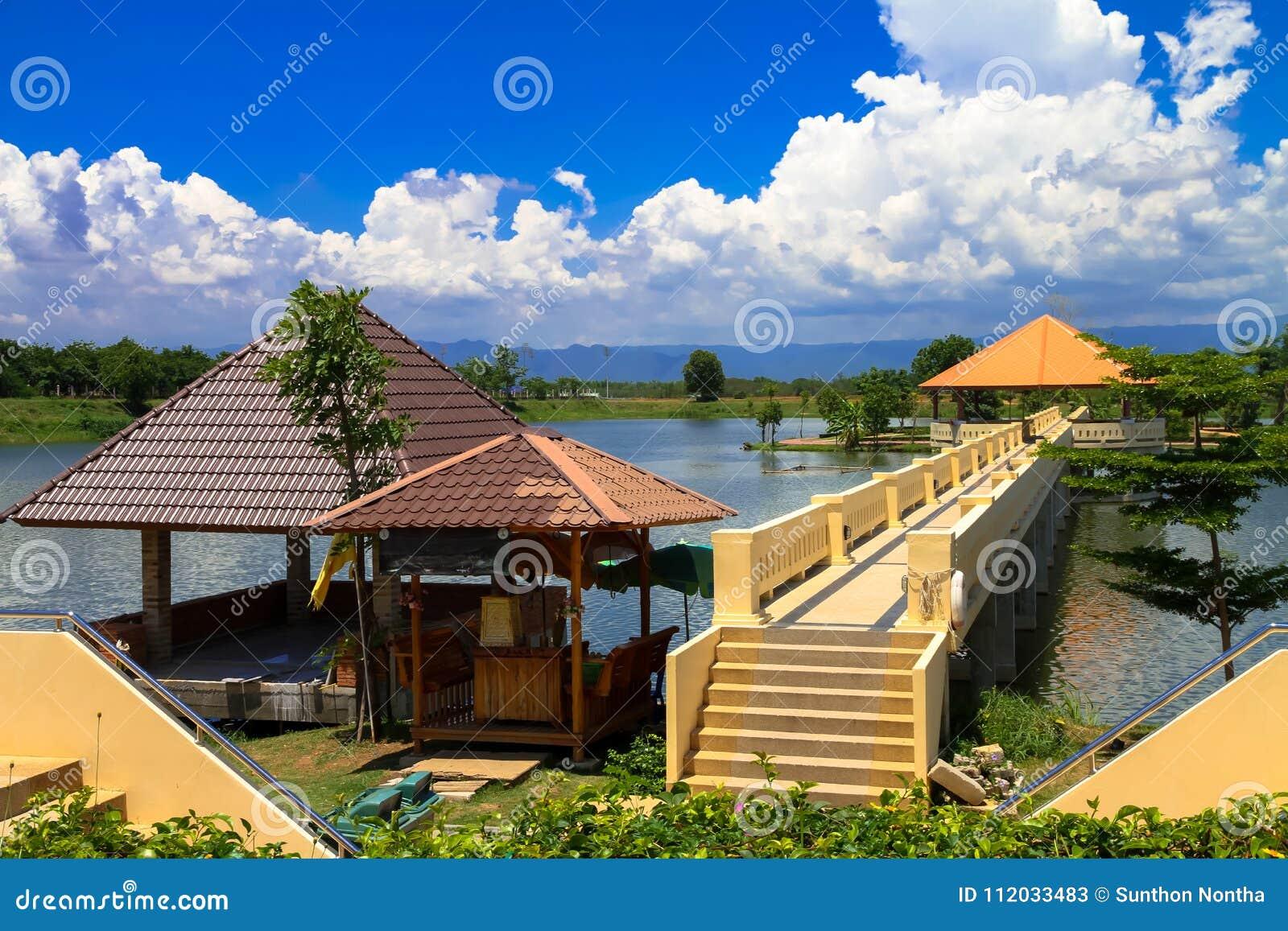 Det triangulära taket har en lång korridor till mitt av vattnet, med gröna berg, vitmoln och blåa himlar