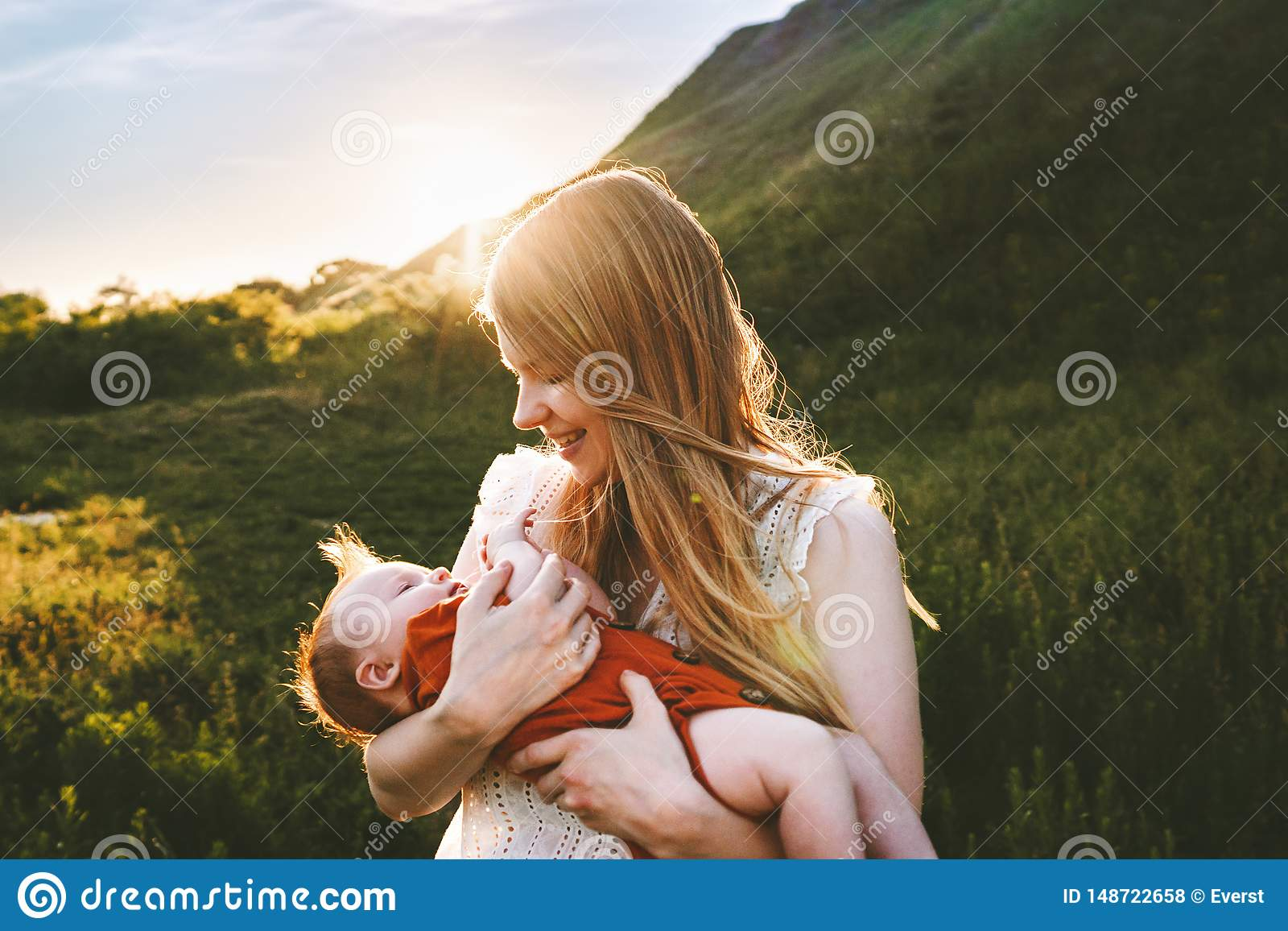 Det unga moderinnehavsp?dbarnet behandla som ett barn utomhus-