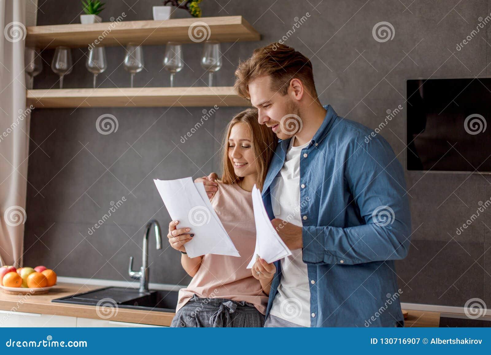 Det unga paret är lyckligt, som de har avslutat sig för att betala för ett lån