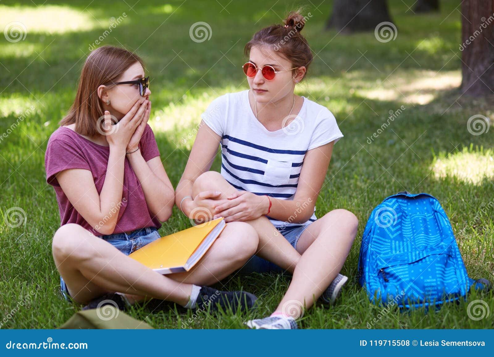 Det utomhus- skottet av den gjorde omtöcknad gulliga kvinnlign spenderar fri tid med hennes bästa vän, reagerar på plötslig nyhet