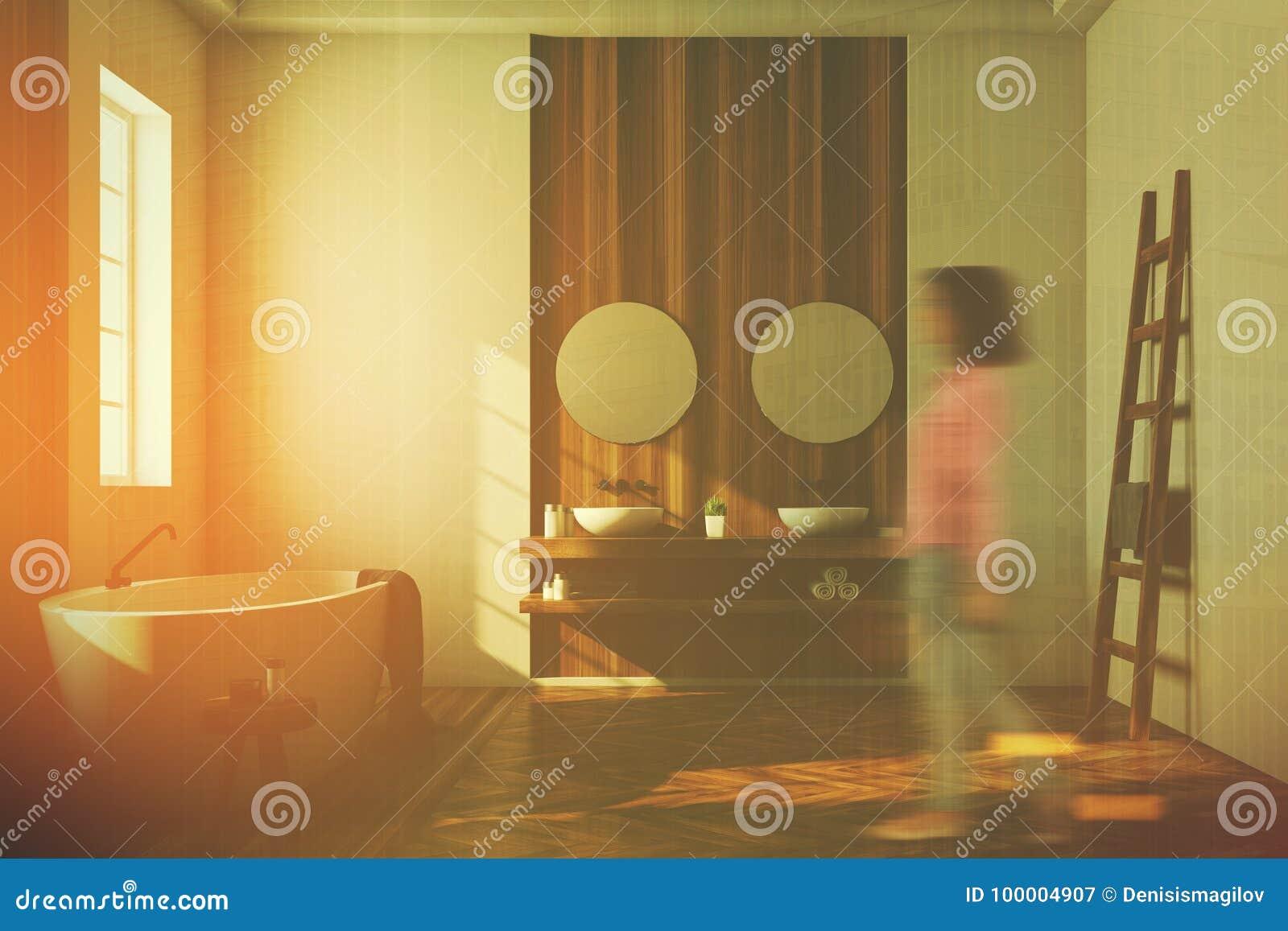 Det vita och träbadrummet, vit badar, avspeglar, flickan