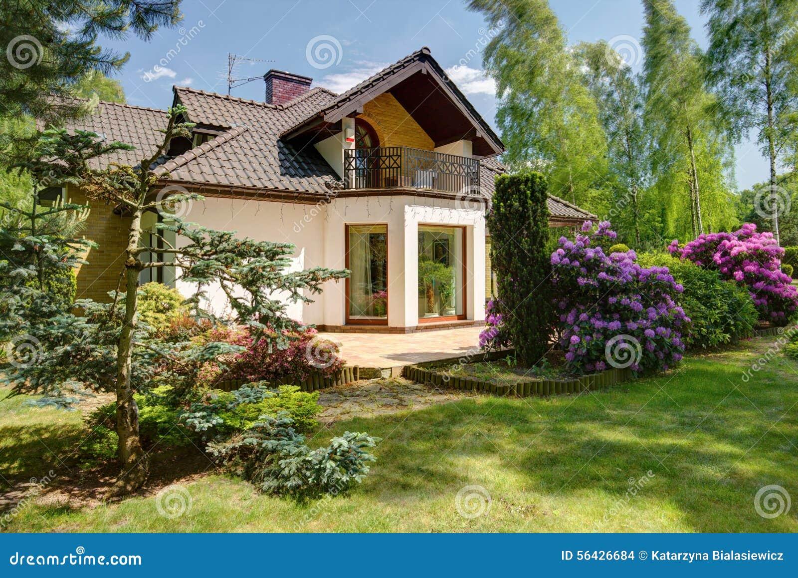 Detached house and beauty garden stock photo image 56426684 for Immagini di piccoli giardini