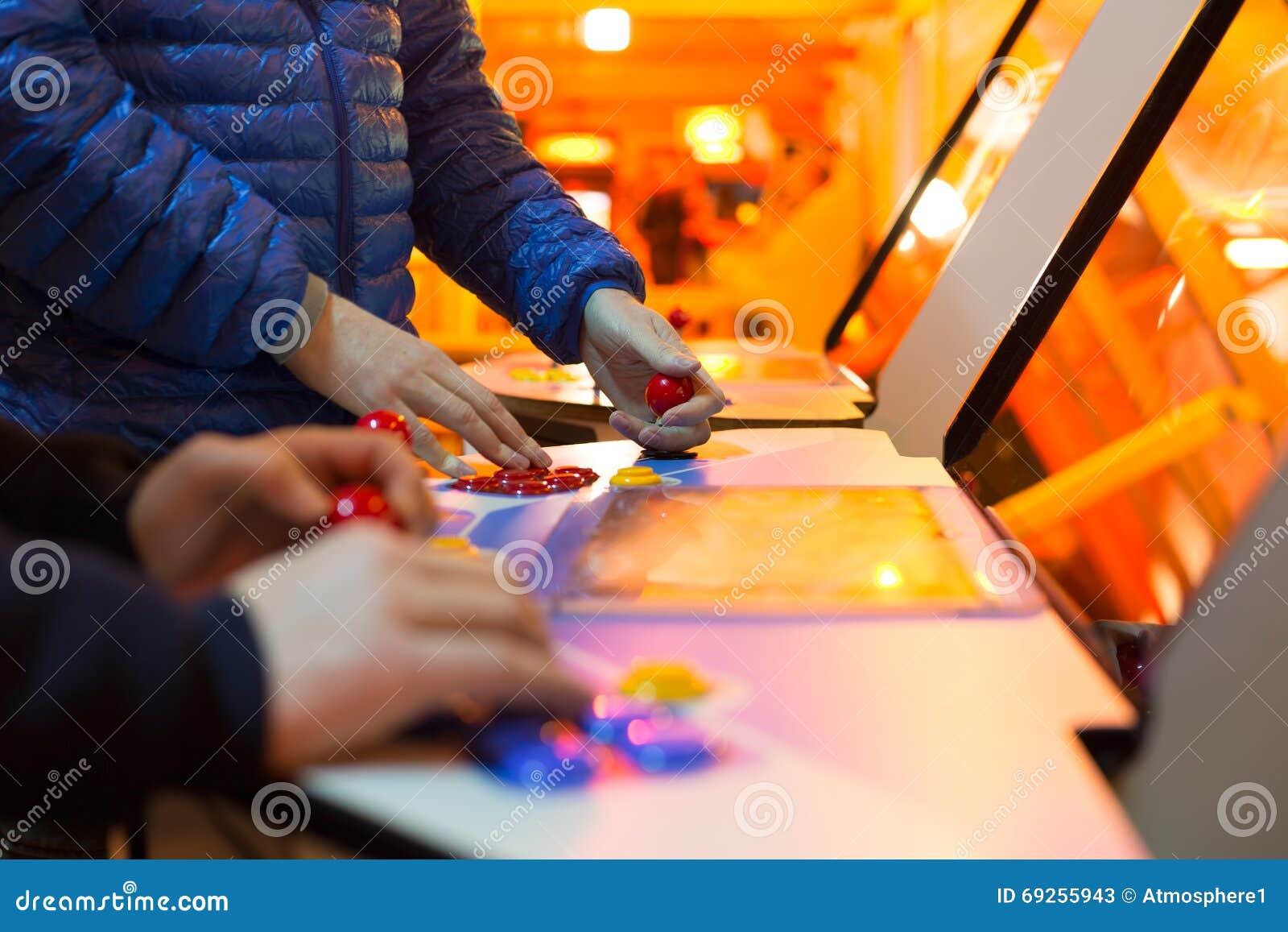 Detail über die Hände, die Steuerknüppel und rote Steuerknüppel halten und an ein Spiel und alten Säulengang spielen