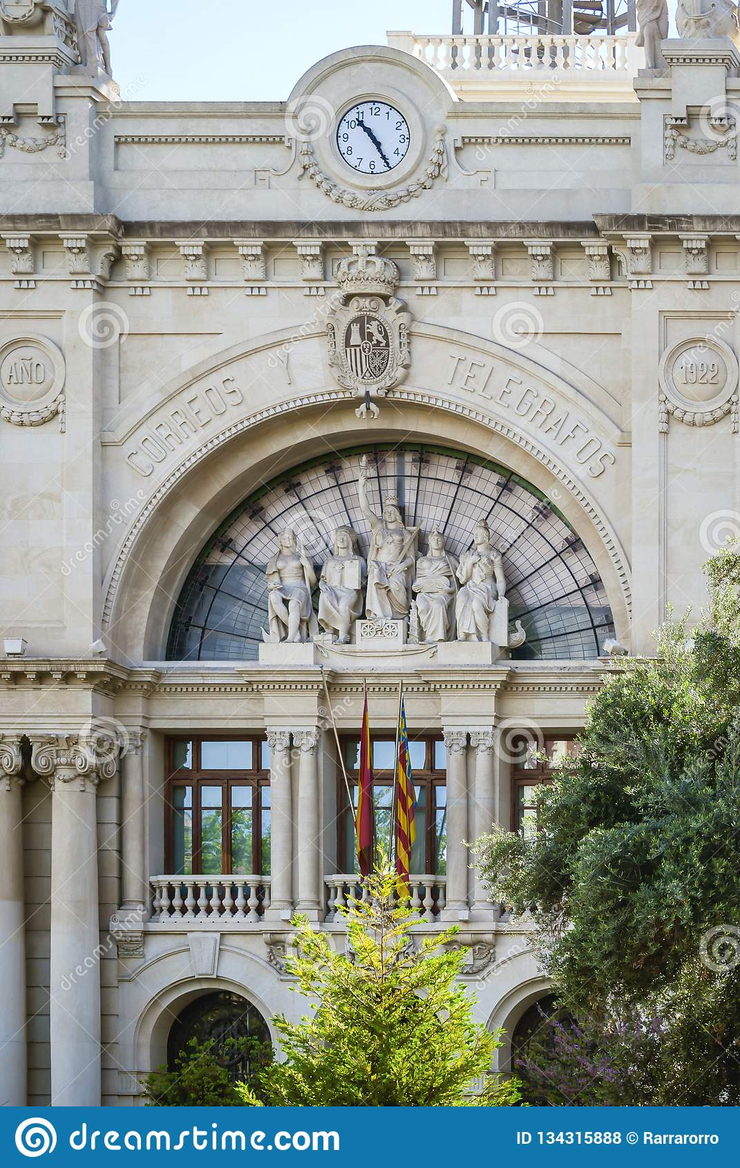 Detail der Hauptfassade der zentralen Post in Plaça de l 'Ajuntament in Valencia, Spanien