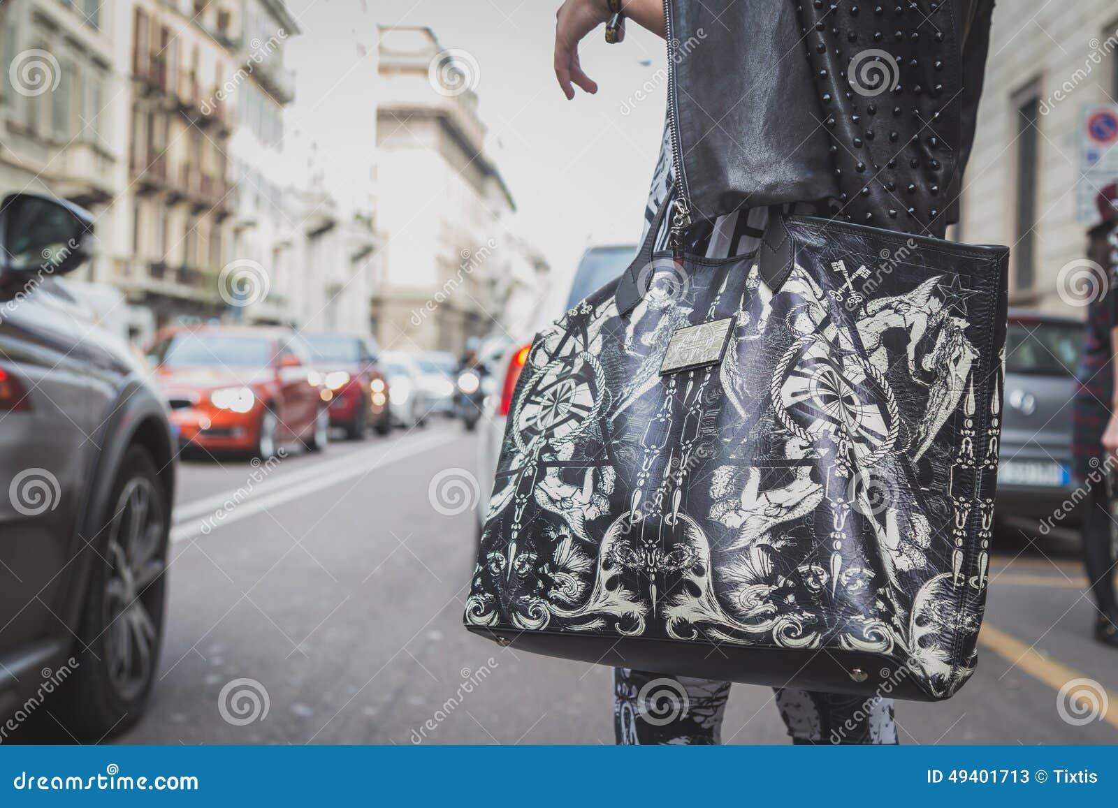 Download Detail Einer Tasche Außerhalb Des Cavalli-Modeschaugebäudes Für Milan Mens Mode-Woche 2015 Redaktionelles Stockfoto - Bild von blick, zeitgenössisch: 49401713