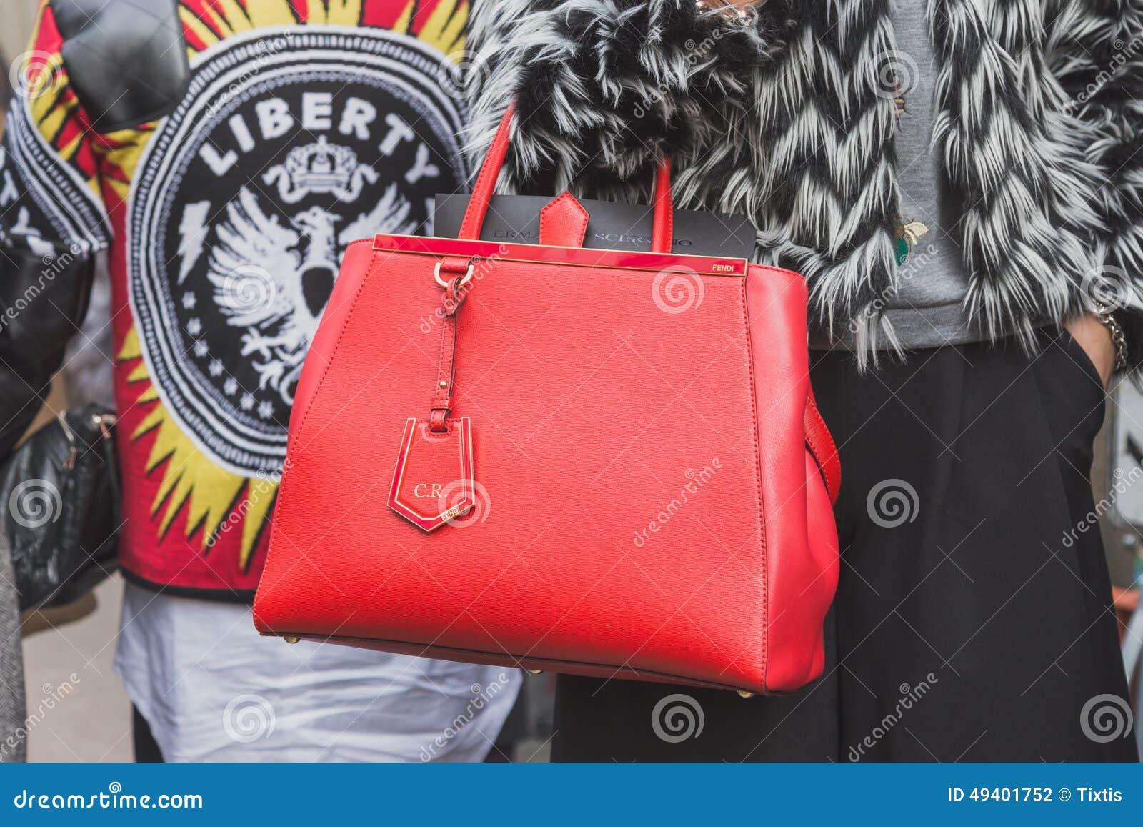 Download Detail Einer Tasche Außerhalb Des Cavalli-Modeschaugebäudes Für Milan Mens Mode-Woche 2015 Redaktionelles Stockfotografie - Bild von leute, mailand: 49401752