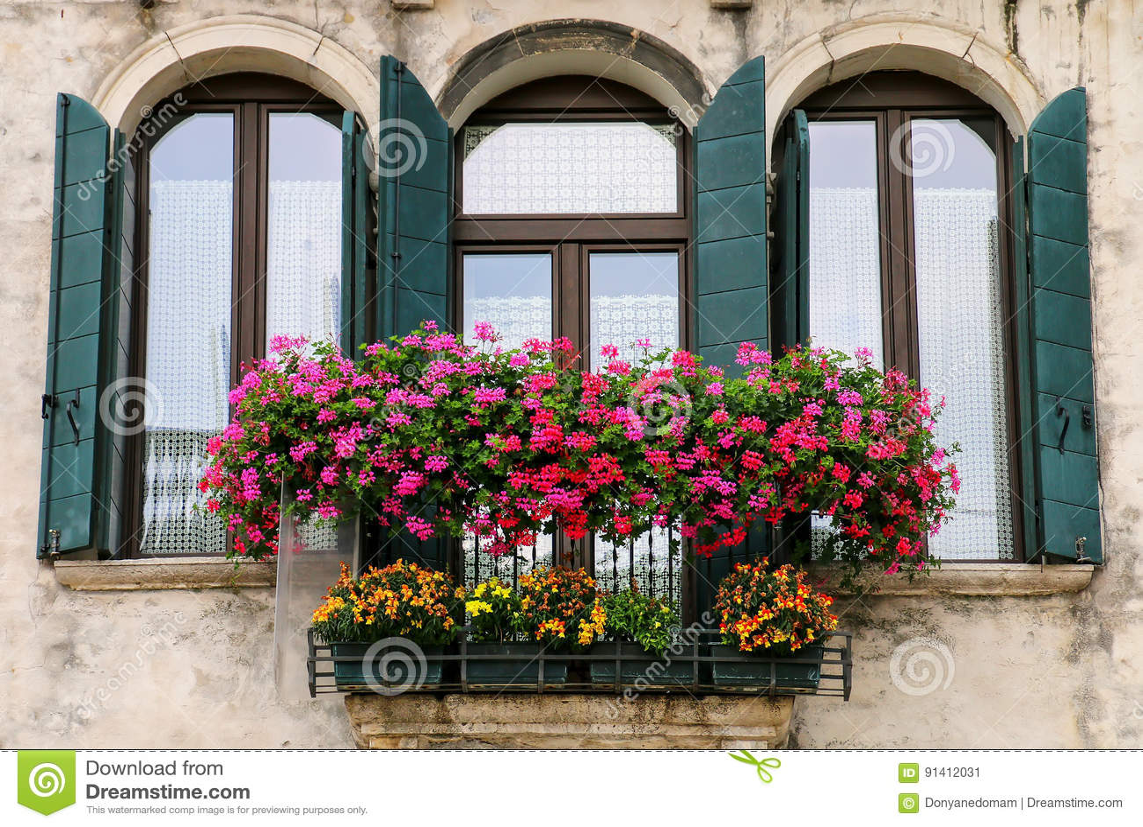 Detail Eines Gebäudes Mit Fenster- Und Blumenkasten In Venedig ...
