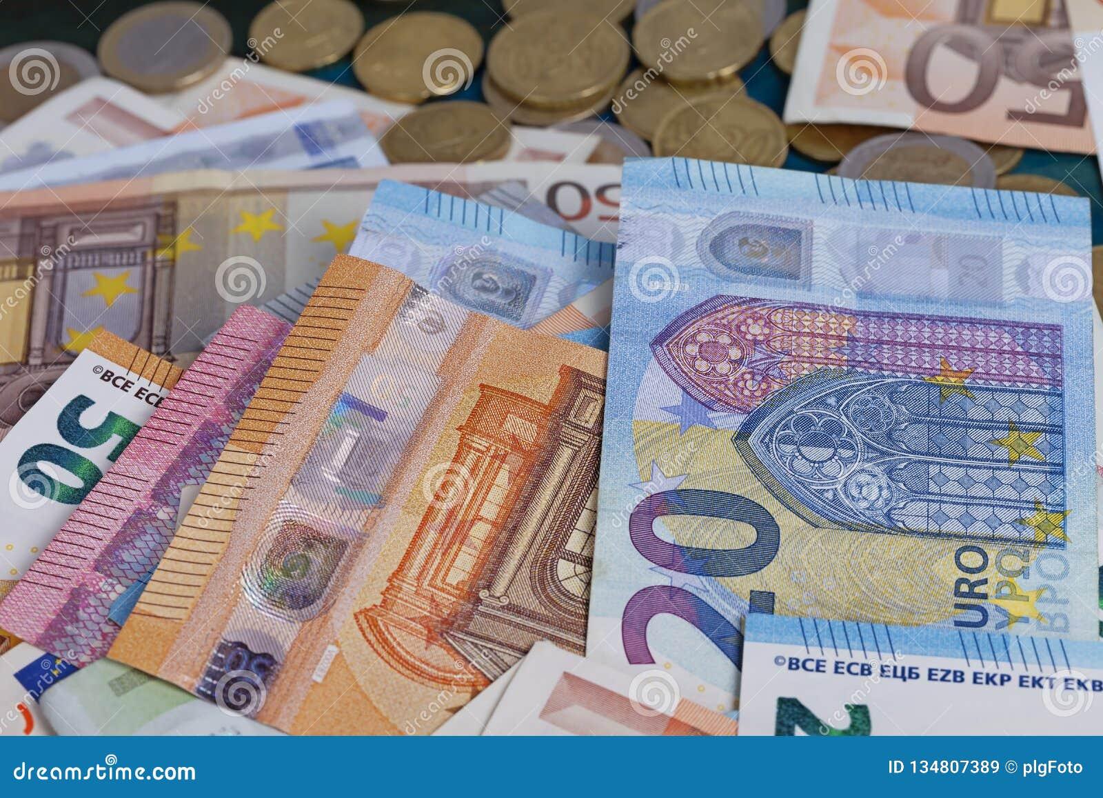 Detail eines Stapels der Eurorechnungen und der Münzen