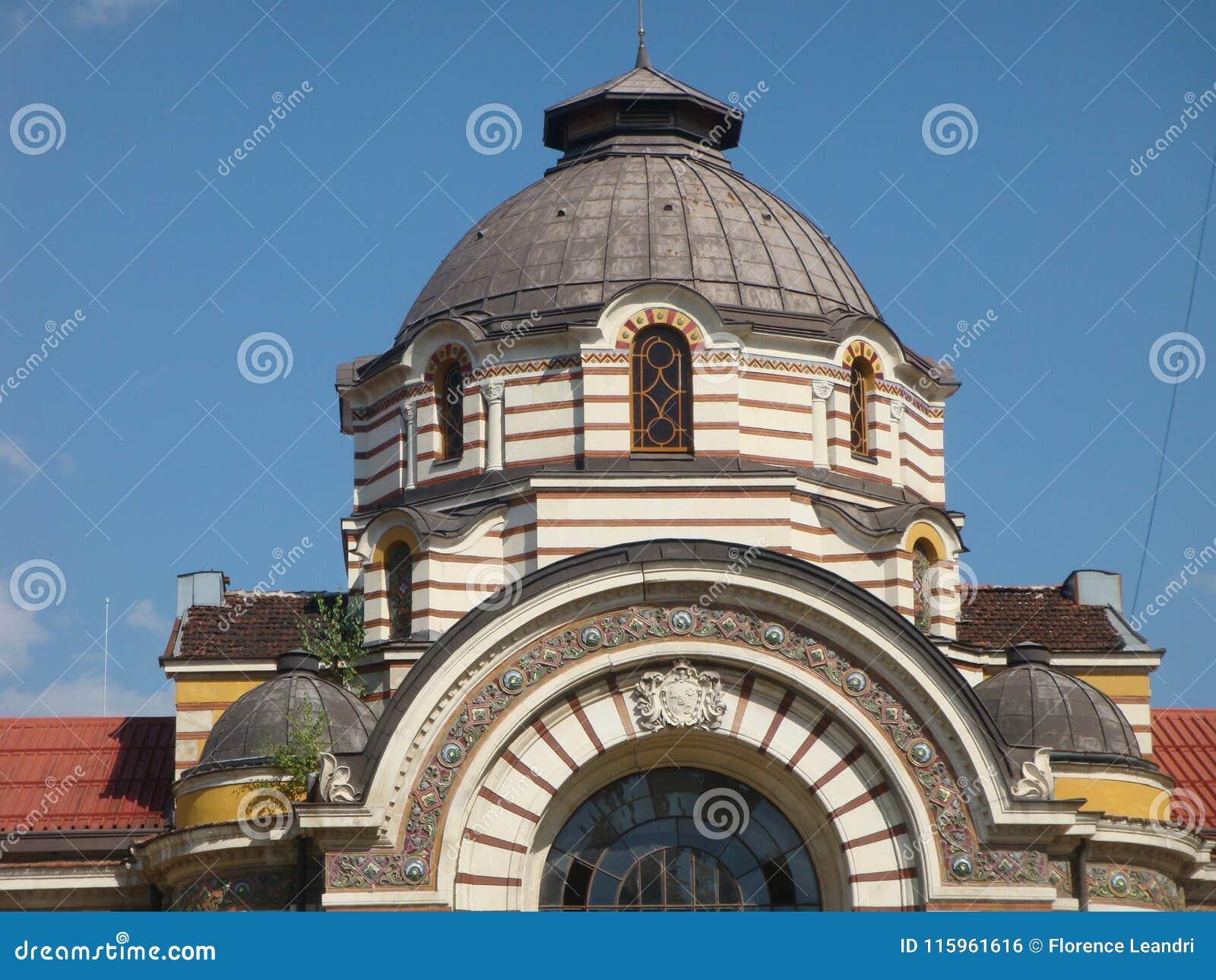 Detail van als de koepels van het dak van de minerale baden van Sofia in Bulgarije