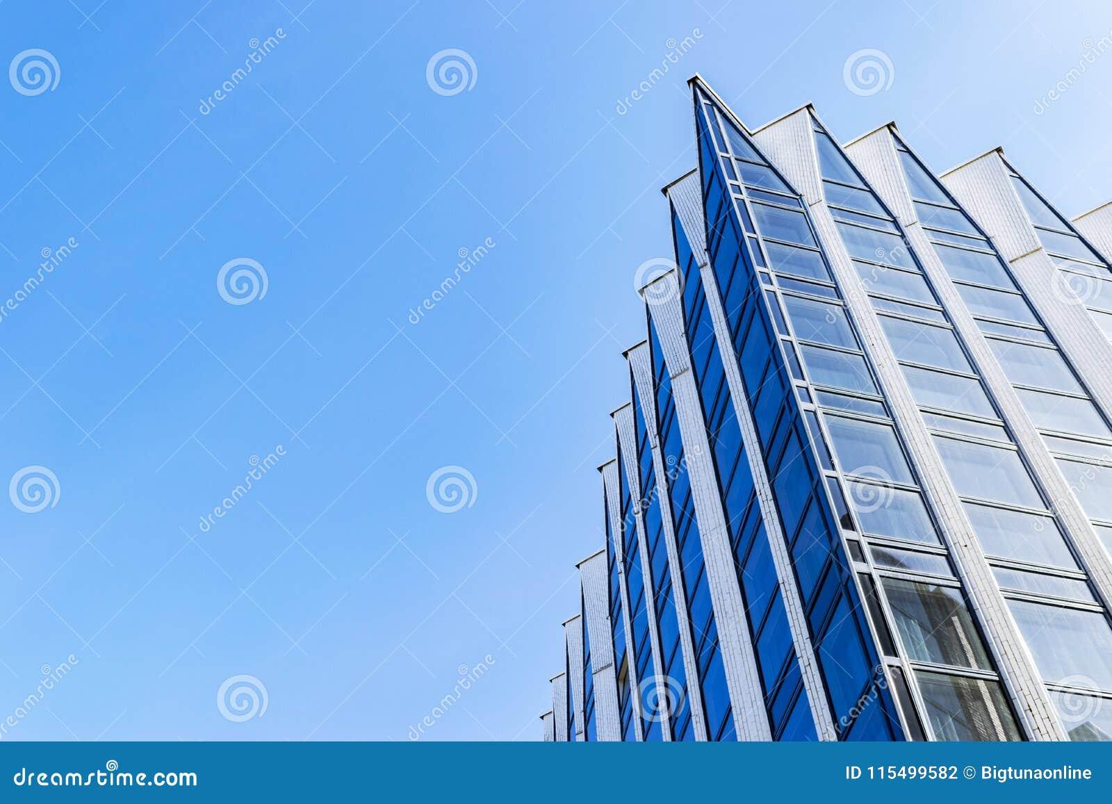 Detail van de bureaubouw buitenkant Bedrijfsgebouwenhorizon die omhoog met blauwe hemel kijken Moderne architectuurflat High-tech