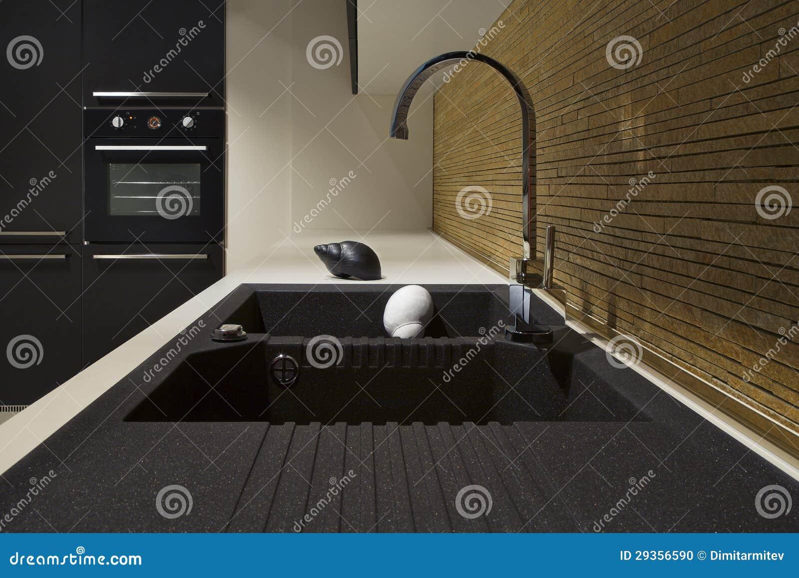 Zwart Keuken Fornuis : Detail van een zwart modern keuken en een hout stock foto