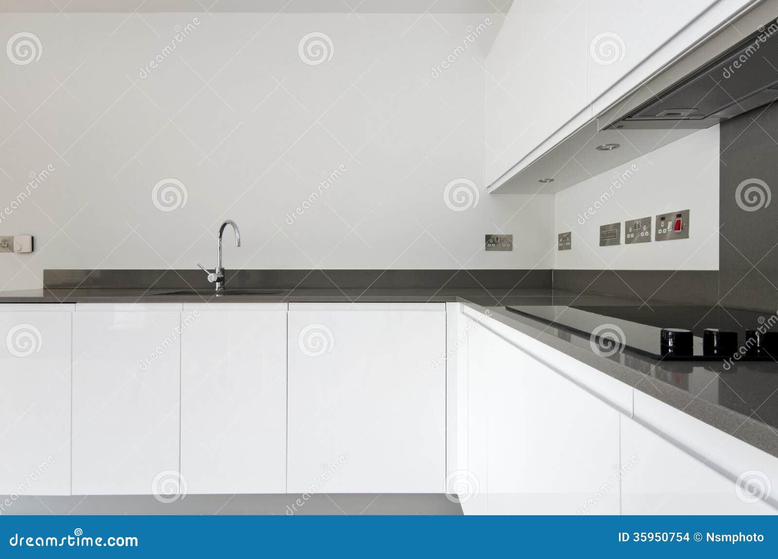 Detail van eigentijdse volledig gepaste keuken in wit stock afbeeldingen afbeelding 35950754 - Foto eigentijdse keuken ...