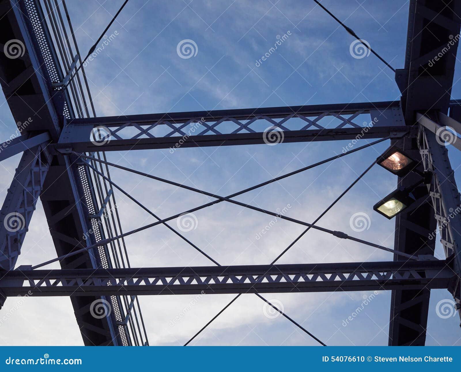 Detail van geschilderde vastgenagelde brug tegen blauwe hemel