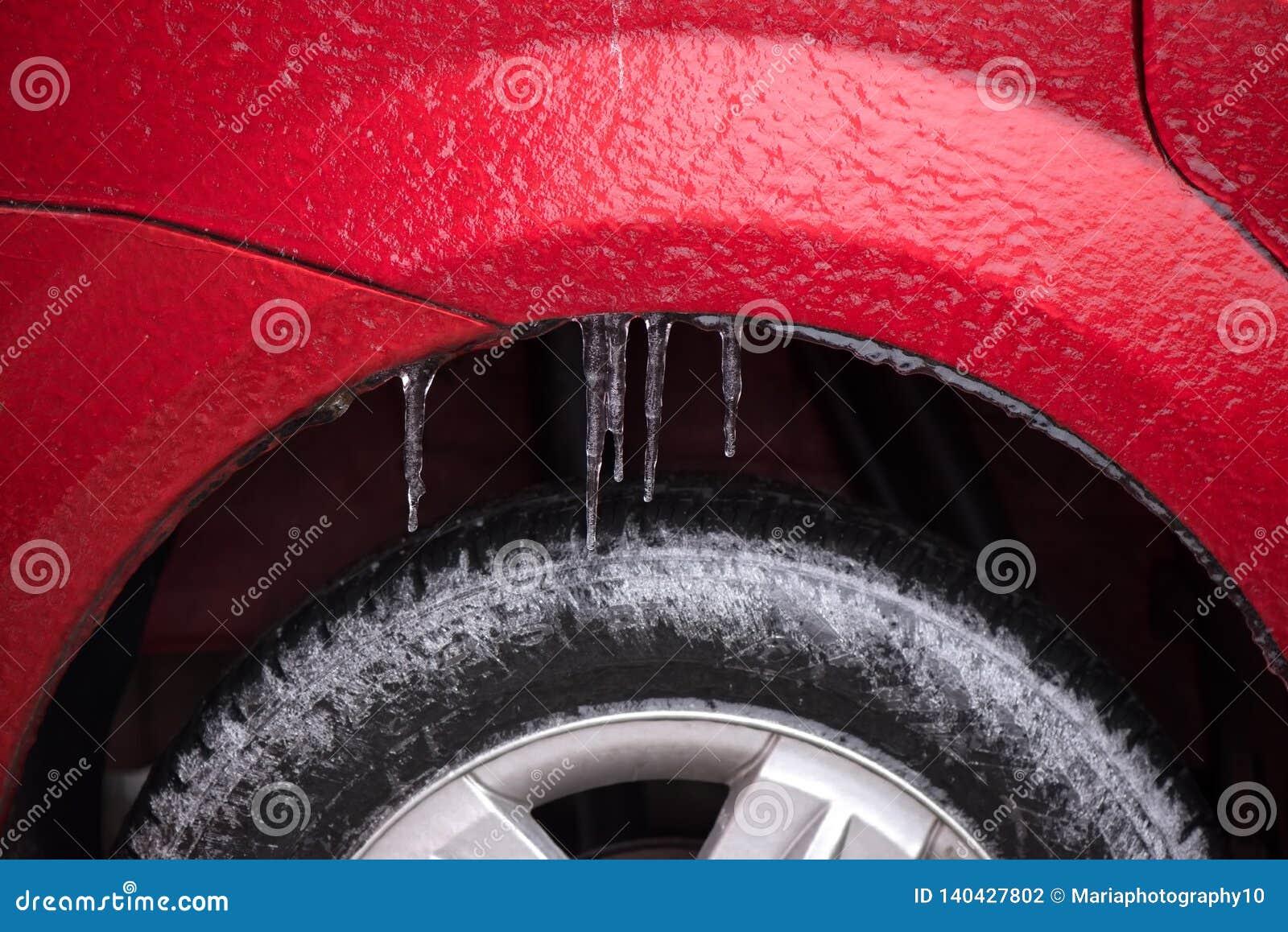 Detail van het wiel van een bevroren auto