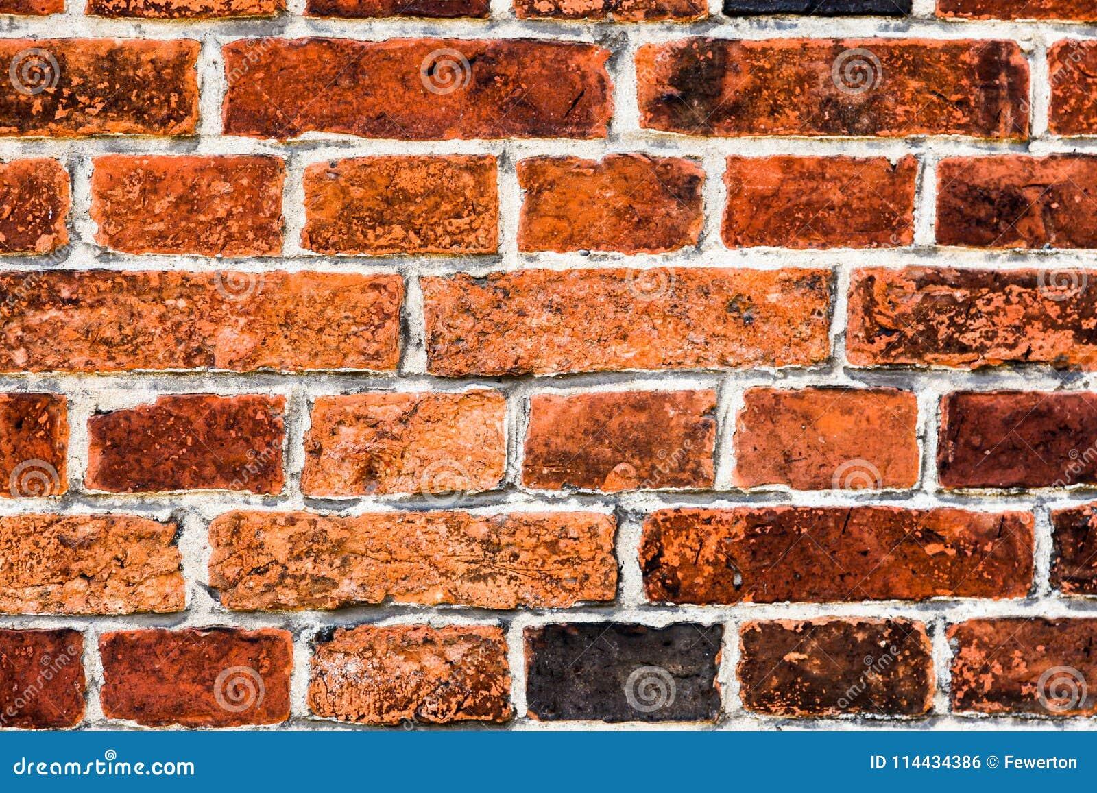 Detail van oude en doorstane grungy rode bakstenen muur duidelijk door de lange blootstelling aan de elementen als textuurachterg