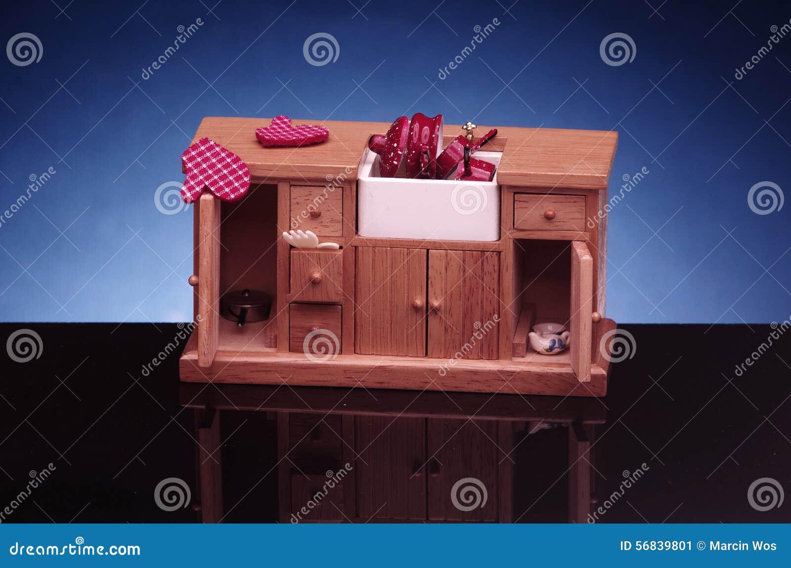 Detail van retro de keukenmeubilair van het poppenhuis, kast met ...