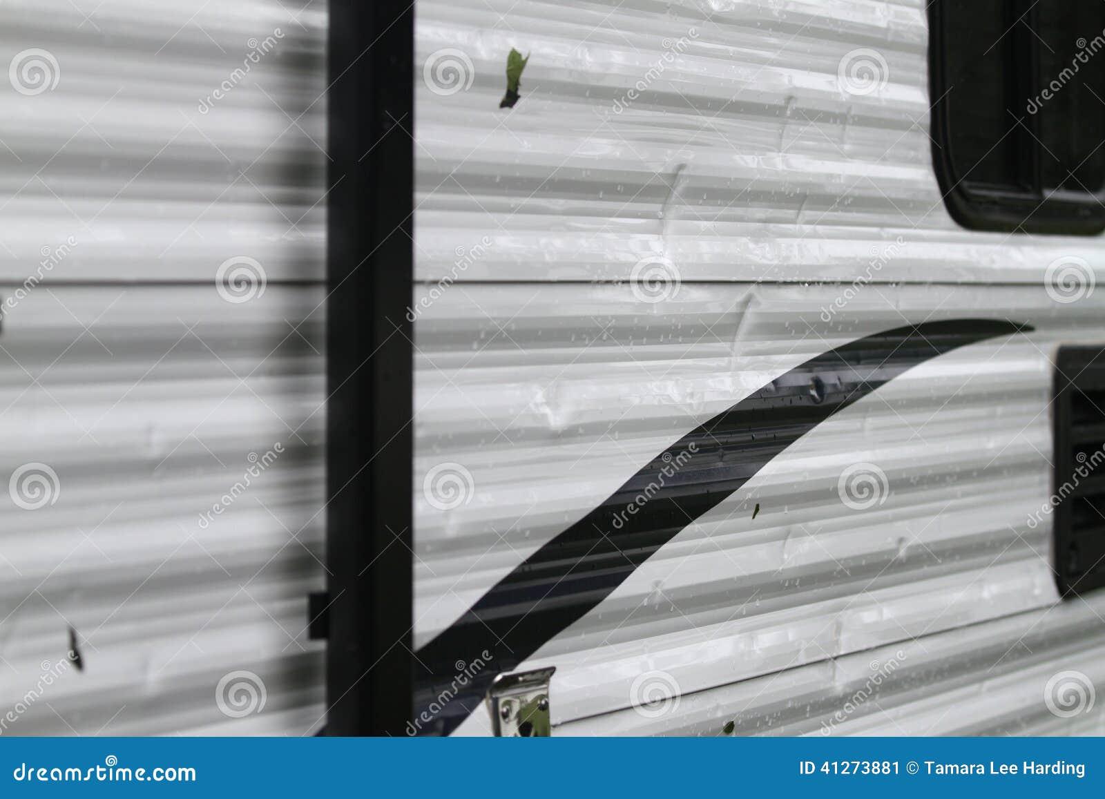 Detail van zaalschade op een recreatief voertuig