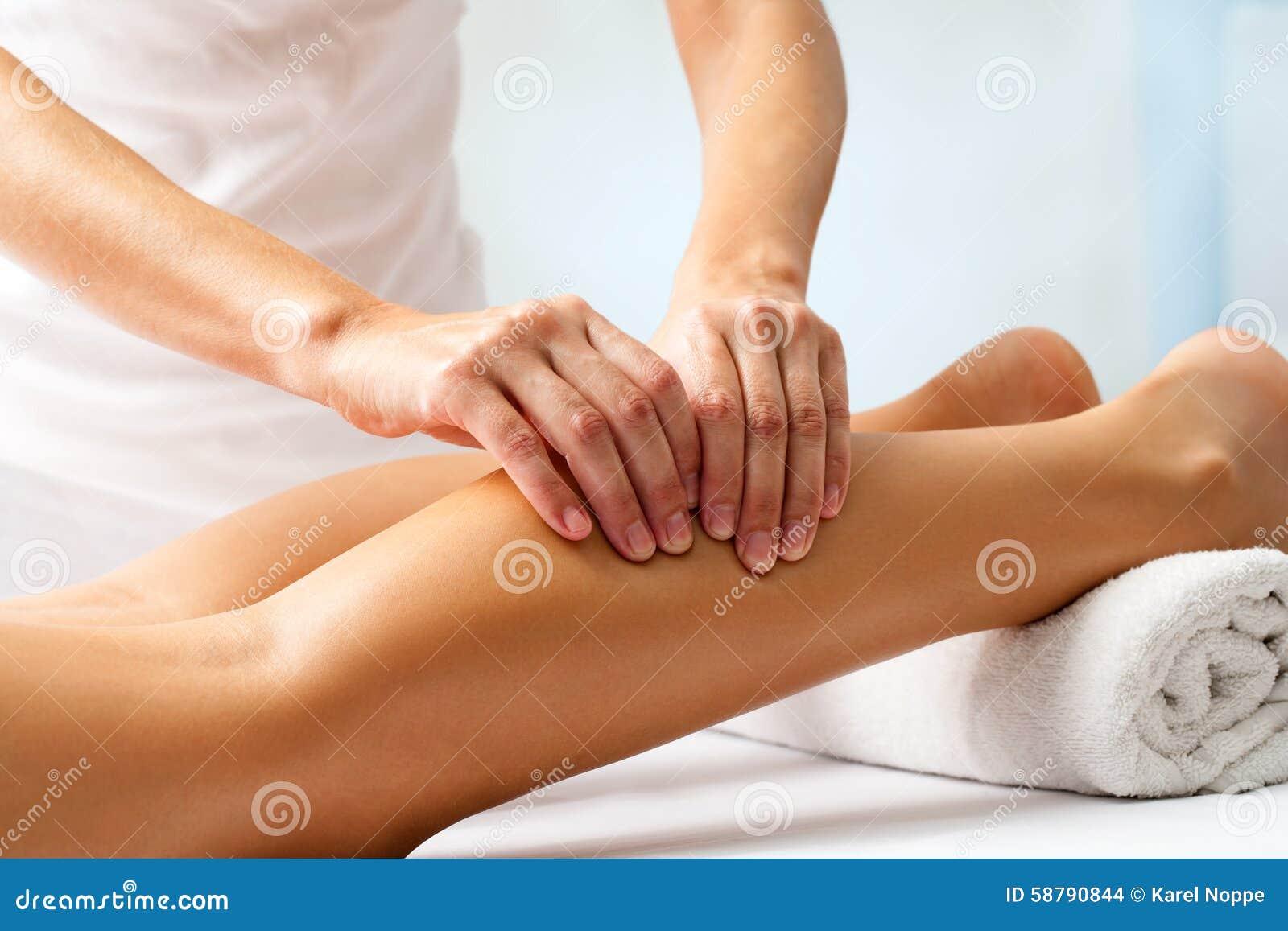 Detail Von Händen Menschlichen Wadenmuskel Massierend Stockfoto ...