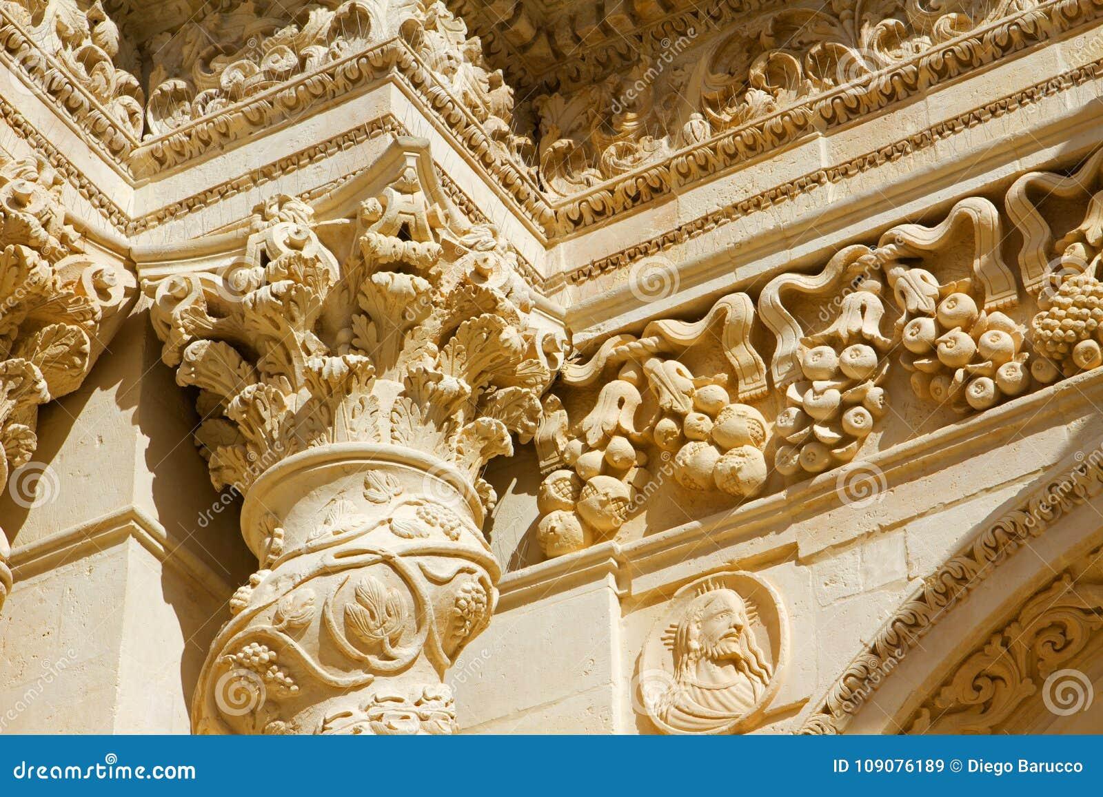 Detailbarock der Spalte und Hauptstadt der sizilianischen Kirche