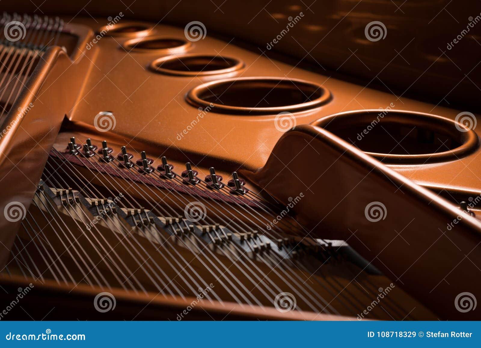 Detailmening van het binnenland van een grote piano