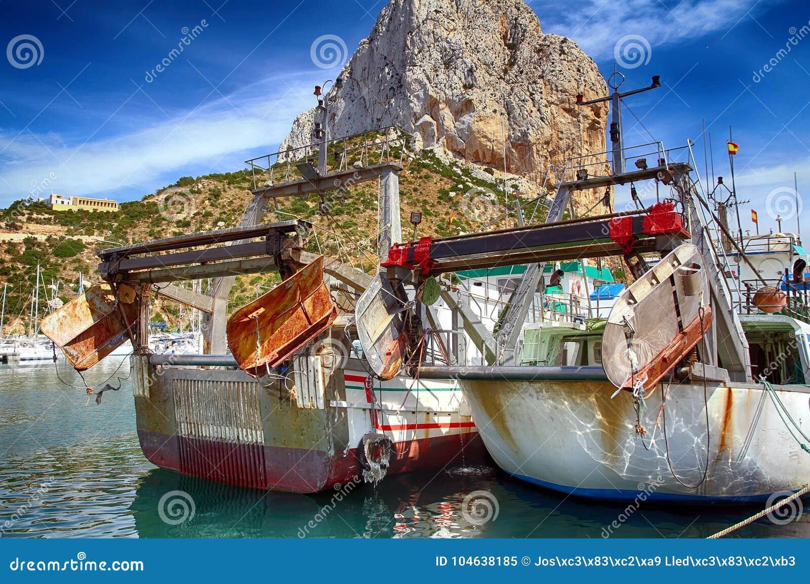 Download Details Van Ijzerdeuren In Een Treiler Vissersboot In Calpe Wordt Gedokt Die Stock Afbeelding - Afbeelding bestaande uit wolk, meerpaal: 104638185