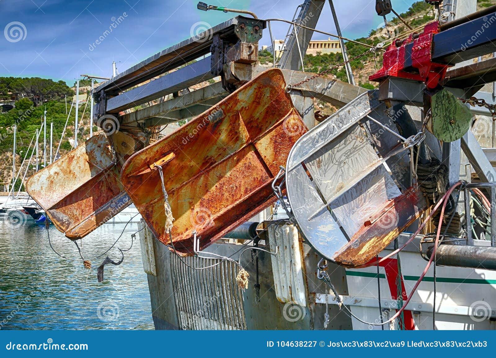 Download Details Van Ijzerdeuren In Een Treiler Vissersboot In Calpe Wordt Gedokt Die Stock Afbeelding - Afbeelding bestaande uit boot, marine: 104638227