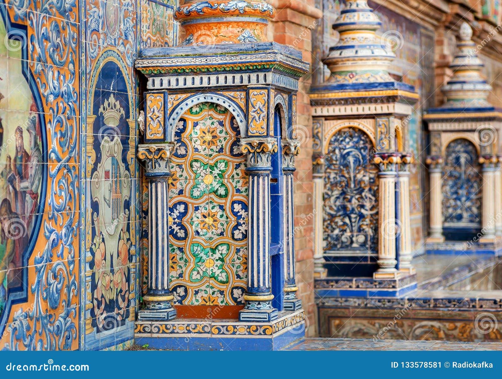 Details van tegelkolommen en muren van beroemde Plaza DE Espana, voorbeeld van architectuur van Andalusia, Sevilla