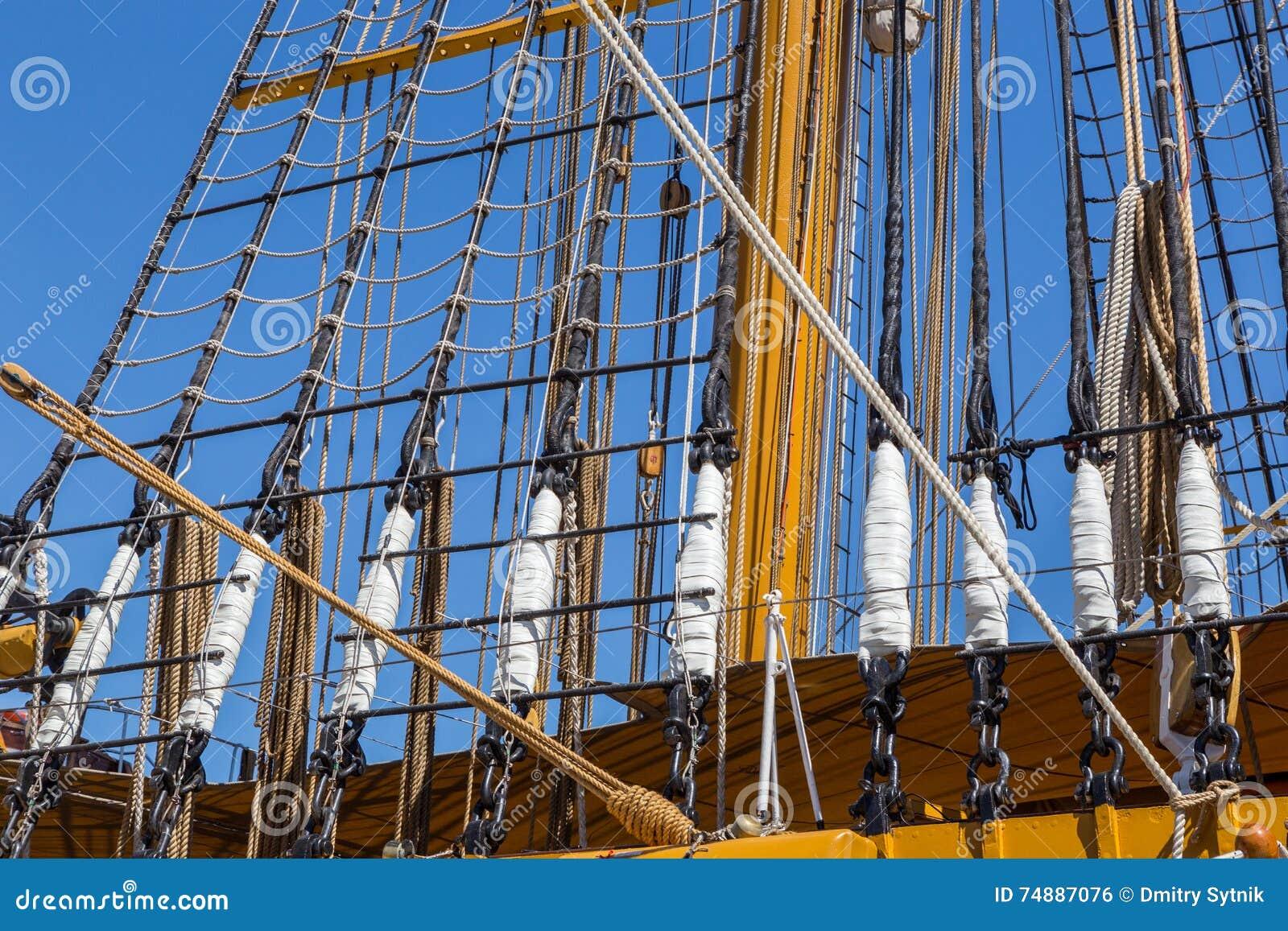 Detalha o equipamento do navio na plataforma