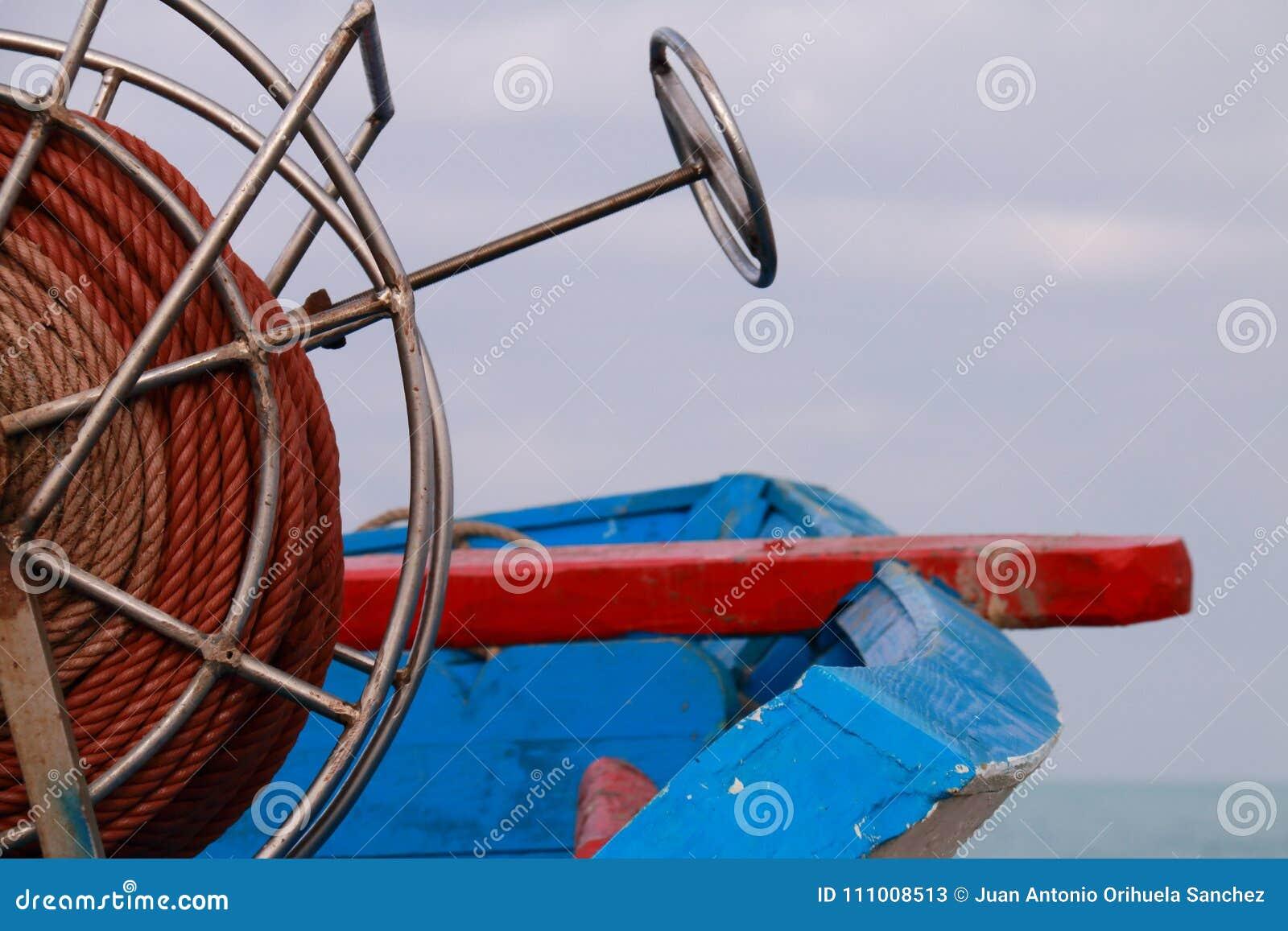 Detalhe da bobina da corda de um barco de pesca pequeno