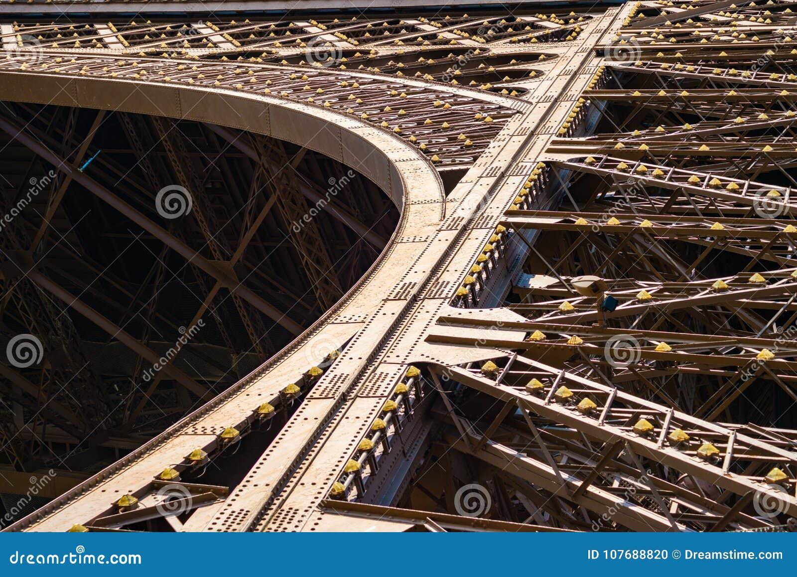 Detalhe da estrutura do metal na torre Eiffel