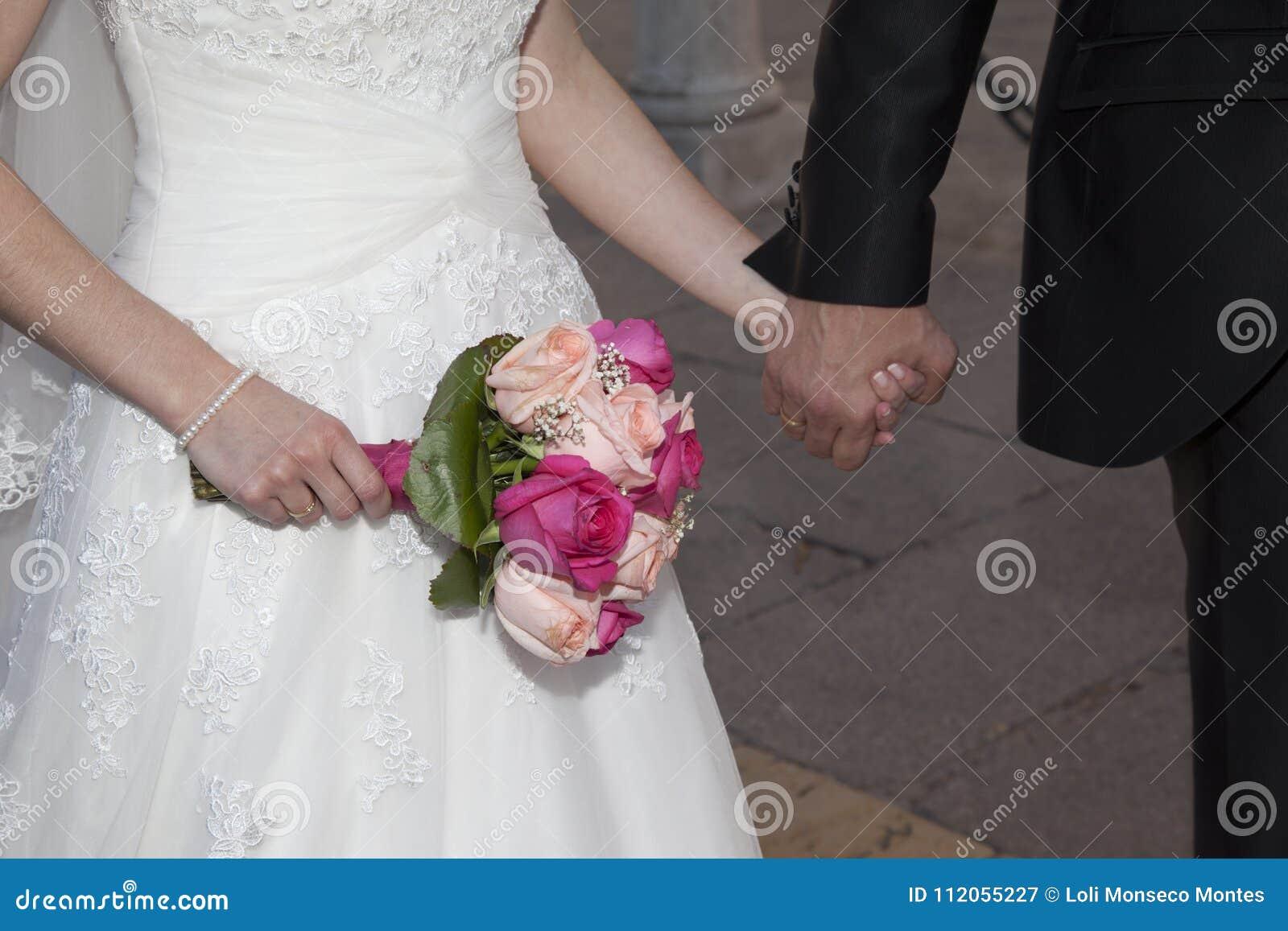 Detalhe das mãos do recém-casados