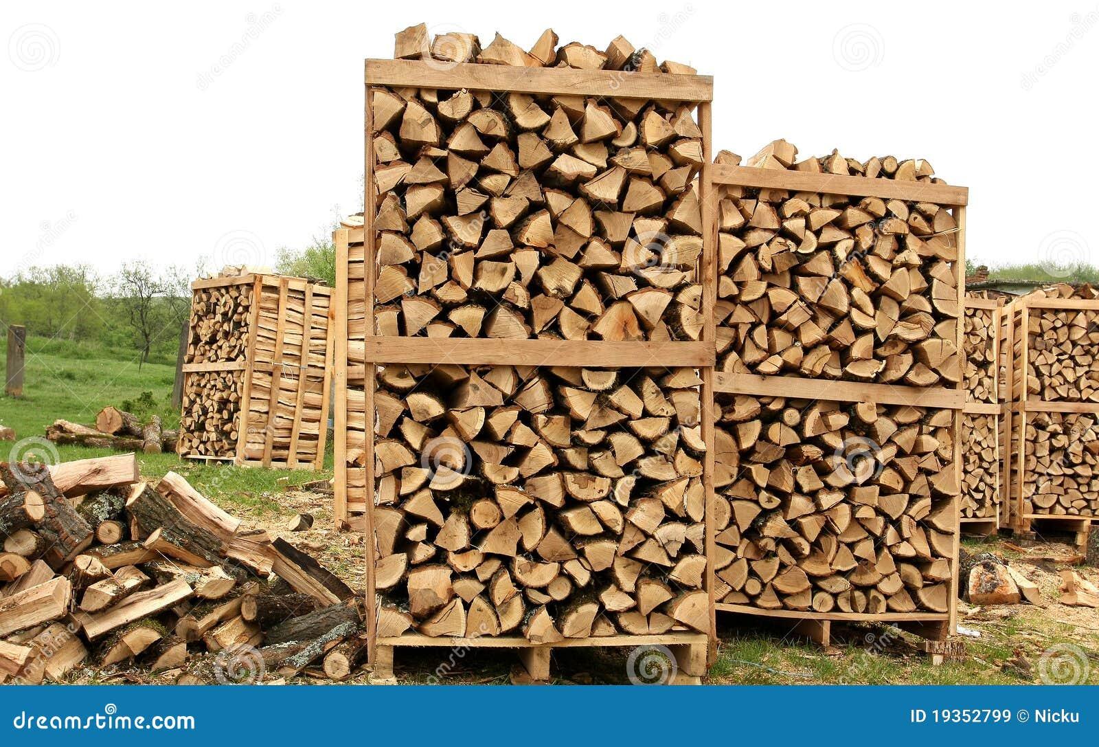 Detalhe de madeira das páletes do incêndio