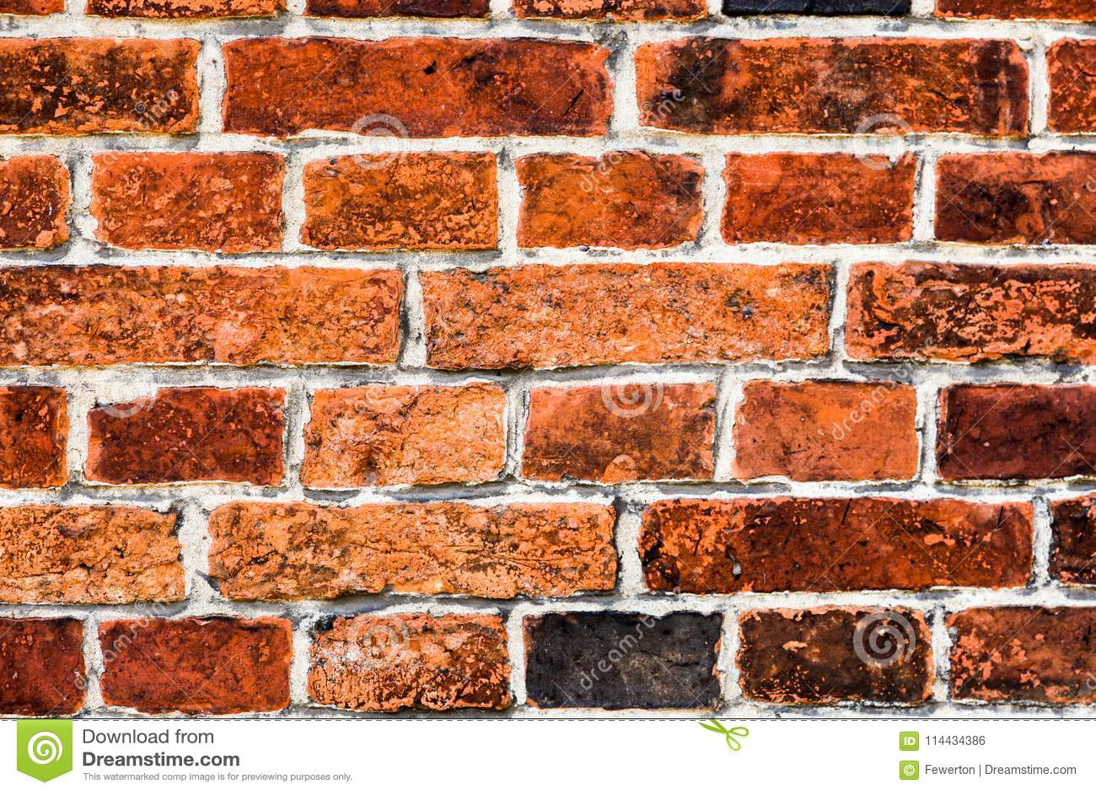 Detalhe de parede de tijolo vermelho suja velha e resistida marcada pela exposição longa aos elementos como o fundo da textura