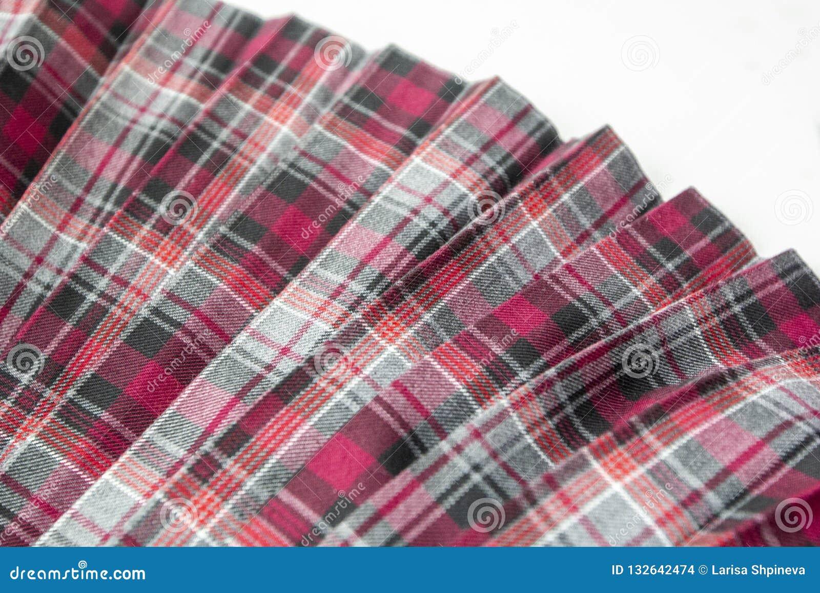 Detalhe de saia plissada da forma manta nova: algodão vermelho, marrom, cinzento da tela da farda da escola da tartã/material de