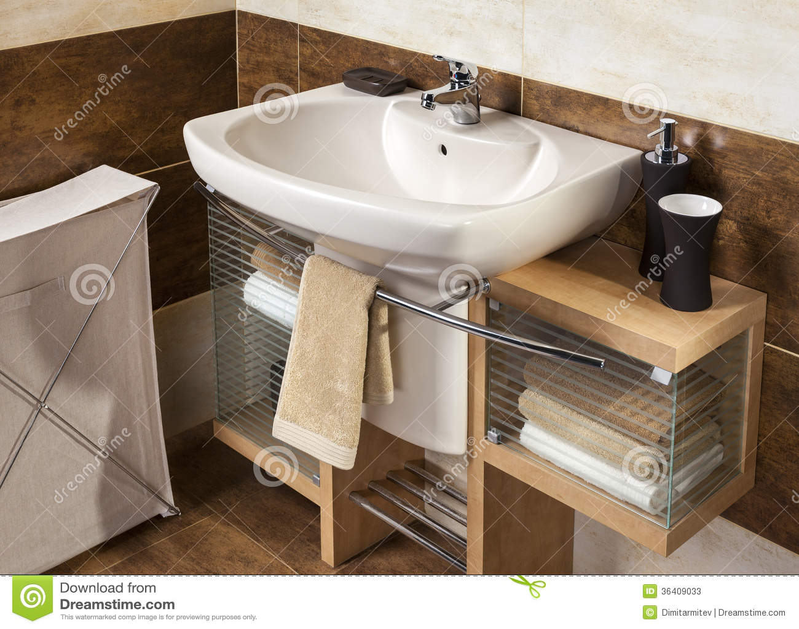 Detalhe De Um Banheiro Moderno Com Dissipador E Acessórios Fotos de  #85AA21 1300x1040 Acessórios Para Banheiro Idosos