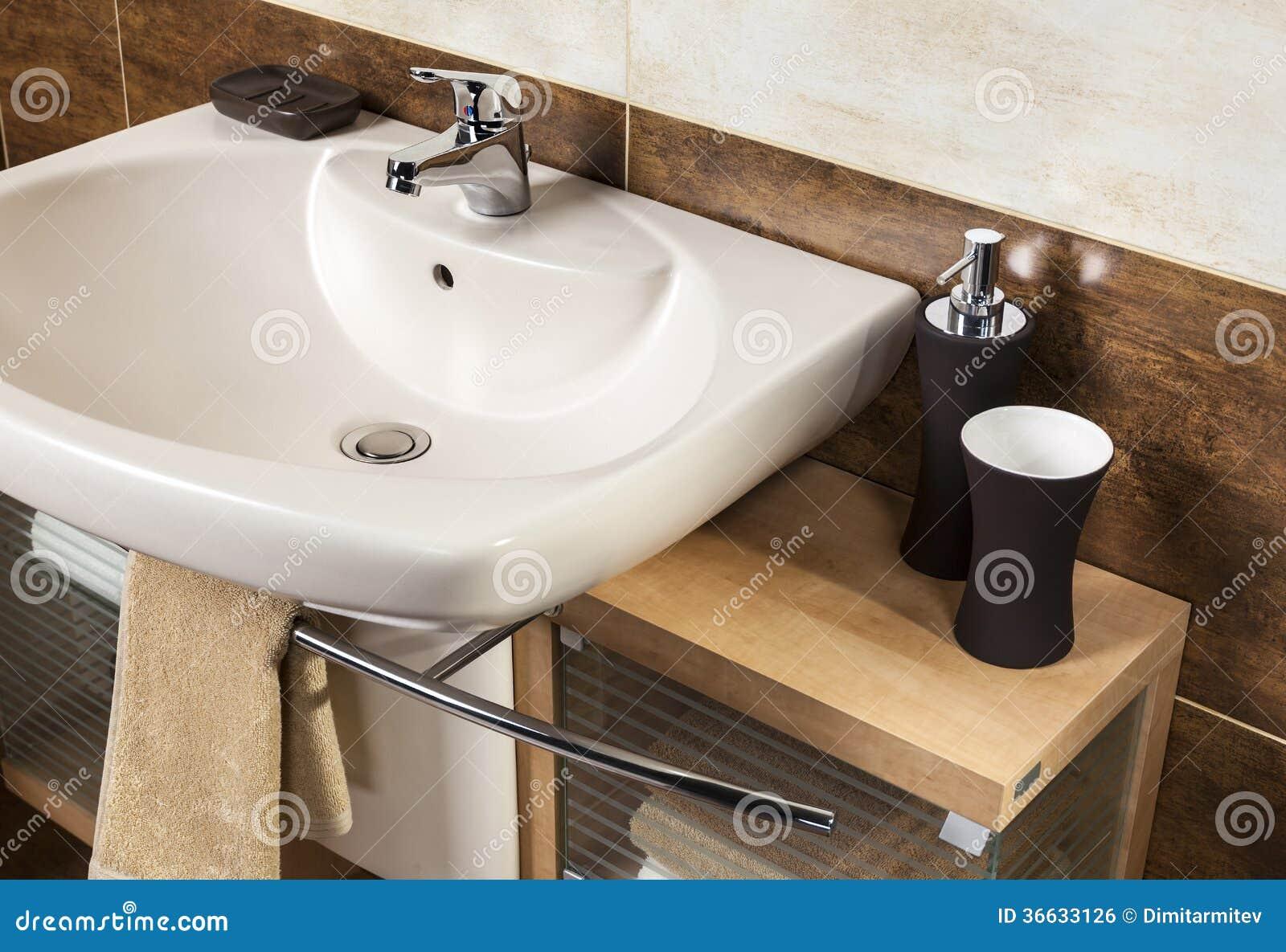 acessórios armário de banheiro e telhas marrons do banheiro #86AA21 1300x980 Acessorios Do Banheiro
