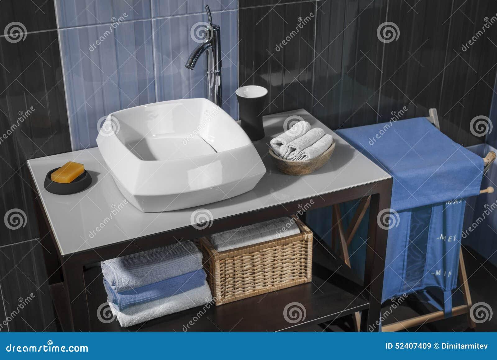Detalhe de um banheiro moderno com dissipador e acessórios -> Acessorios Banheiro Moderno