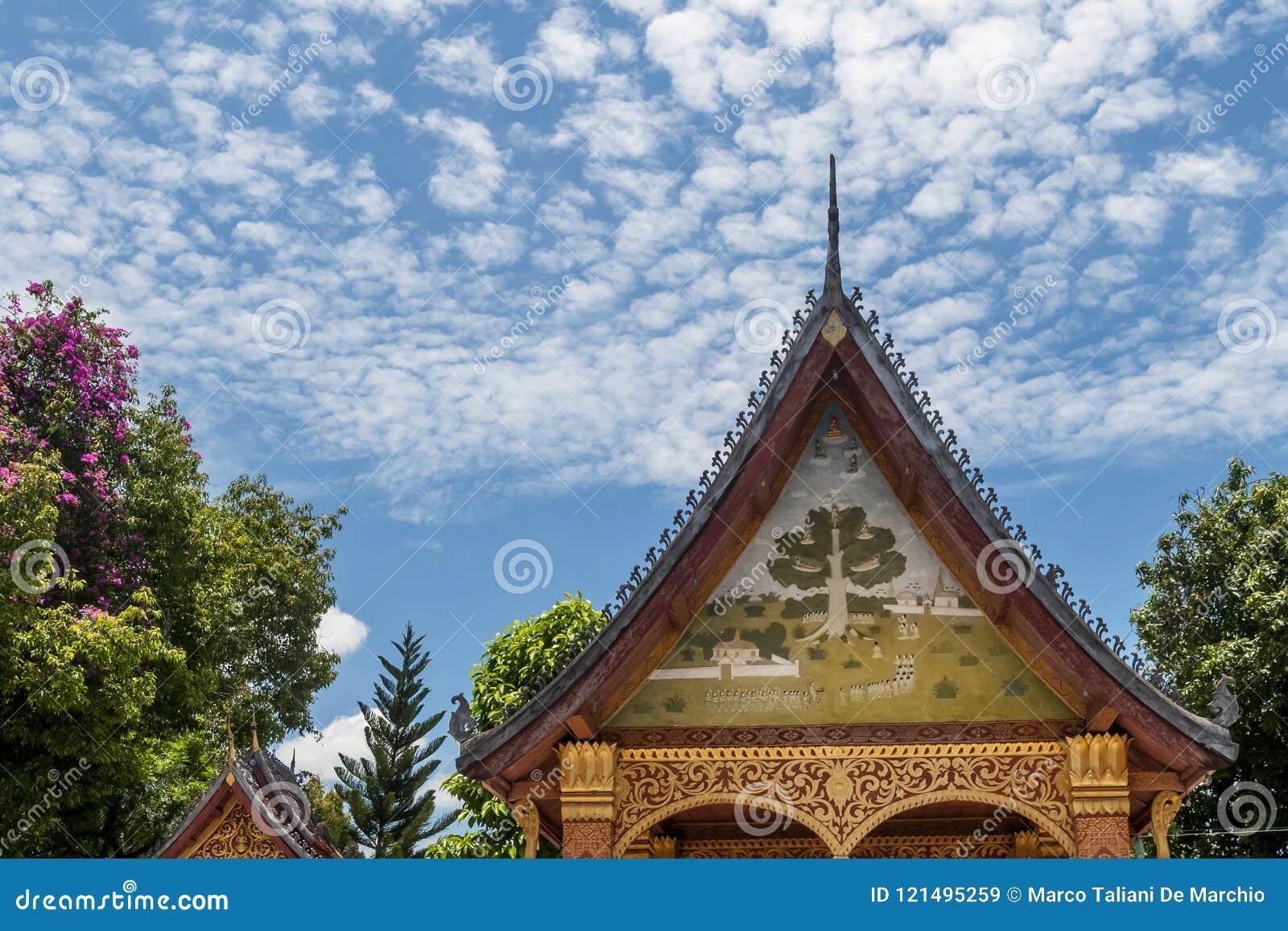 Detalhe de um santuário no templo bonito de Wat Sensoukharam de Luang Prabang, Laos