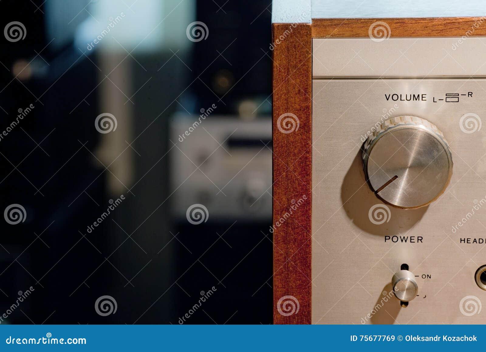 Detalhe do amplificador estereofônico de alta fidelidade do vintage