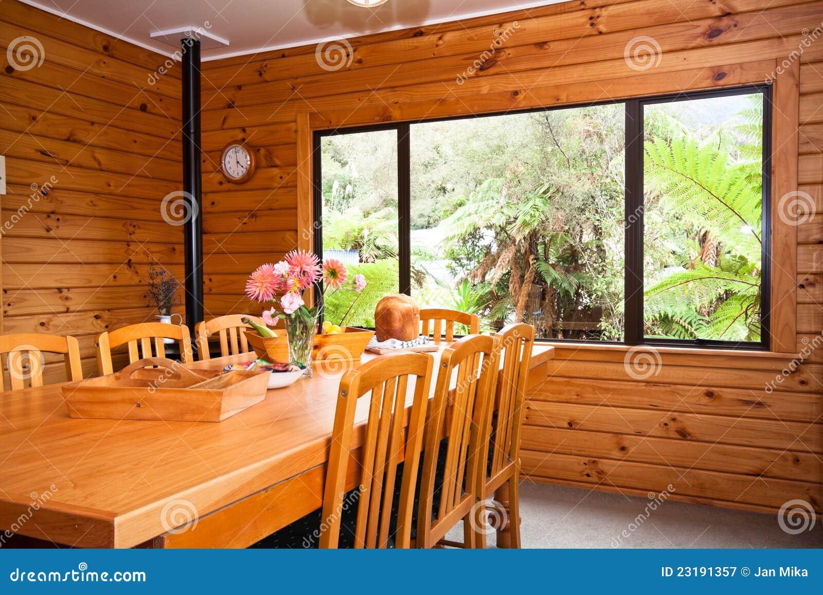 Detalhe interior de sala de jantar de madeira do - Interior casas de madera ...