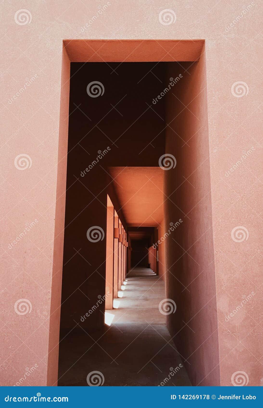 Detalhes arquitetónicos de um corredor em uma construção