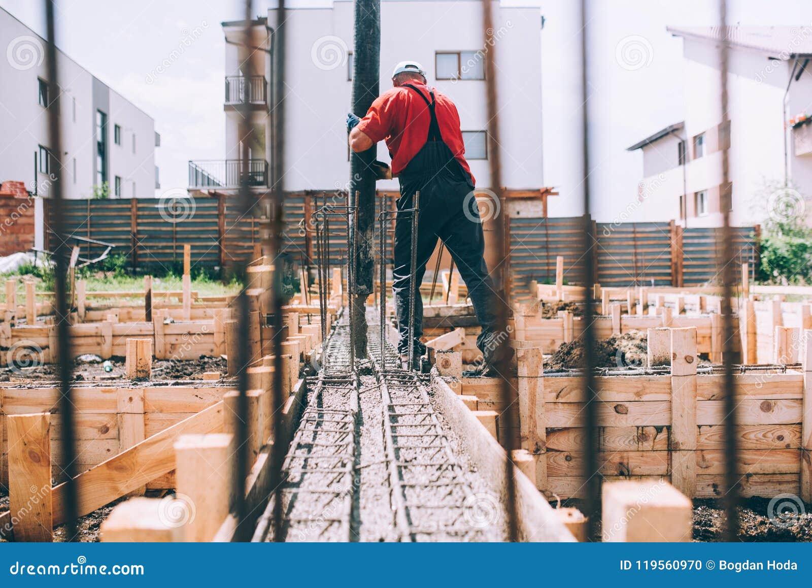 Detalhes de trabalho do canteiro de obras - casa da construção e utilização da bomba concreta