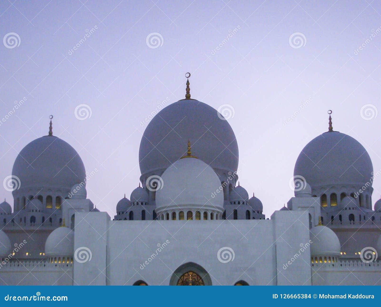 Detalhes e arquitetura bonitos de Abu Dhabi Sheik Zayed Mosque