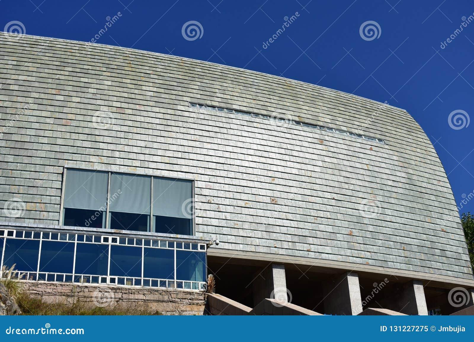 Detalhes modernos da arquitetura Ardósia, pedra e vidro Dia ensolarado, luz forte do sol La Coruna, Espanha