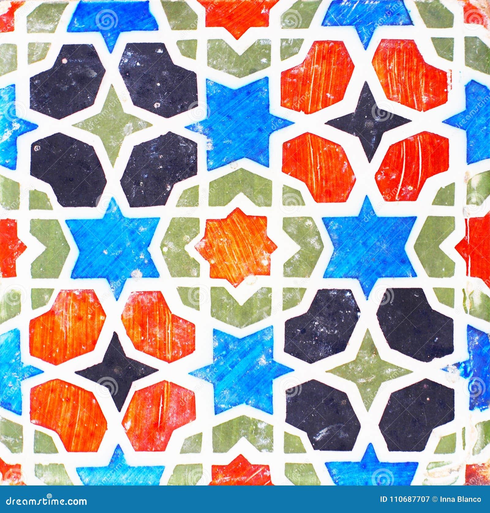 Detalj av de traditionella tegelplattorna från fasad av det gamla huset dekorativa tegelplattor Valencian traditionella tegelplat