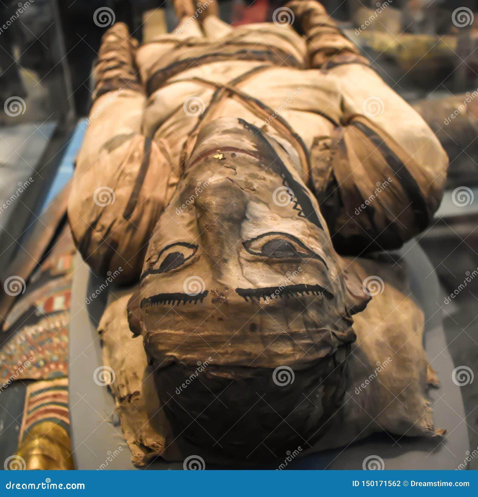 Detalj av den forntida egyptiska mamman i brittiskt museum