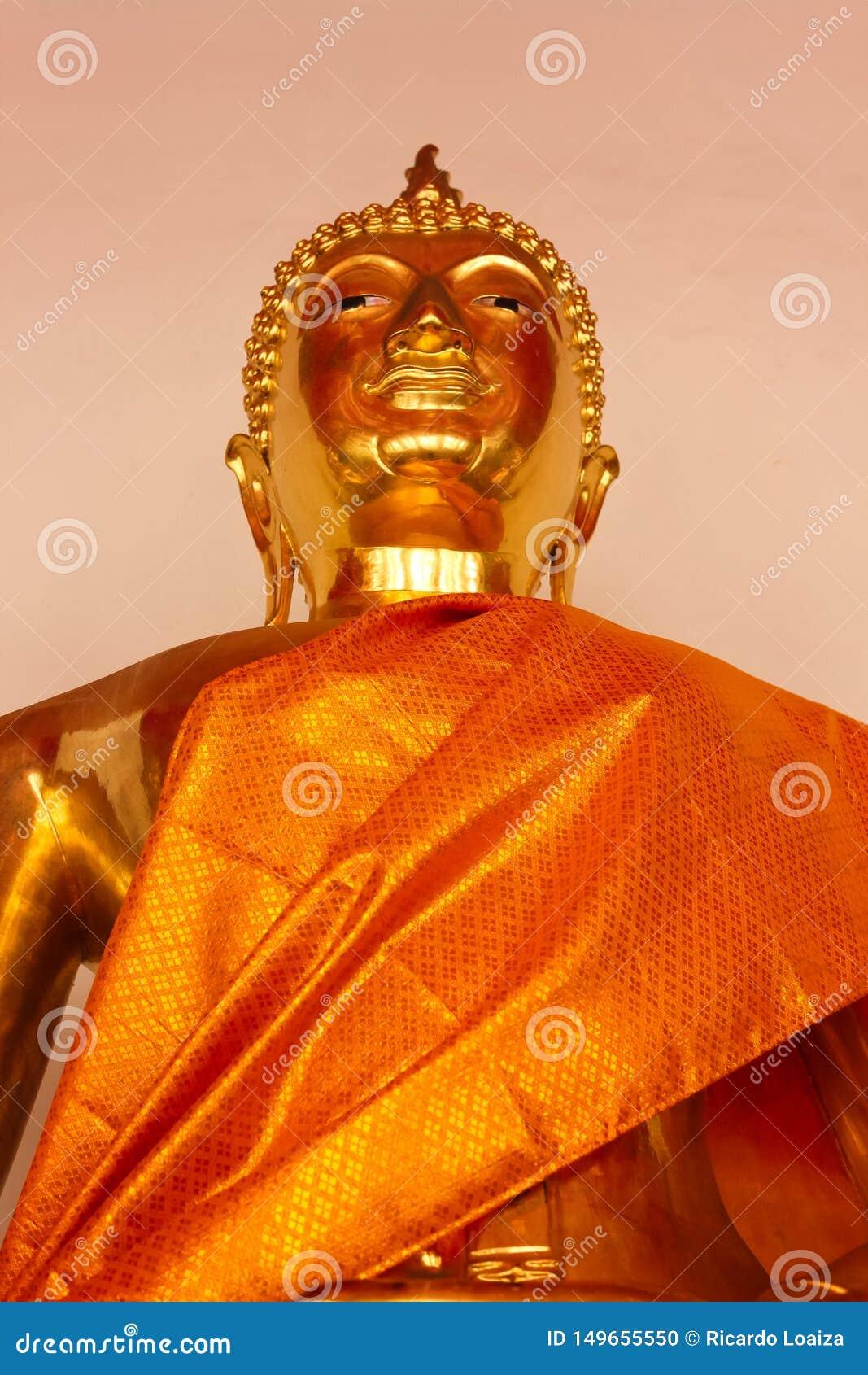 Detalj av den guld- Buddhastatyn på Wat Phra Kae, tempel av Emerald Buddha